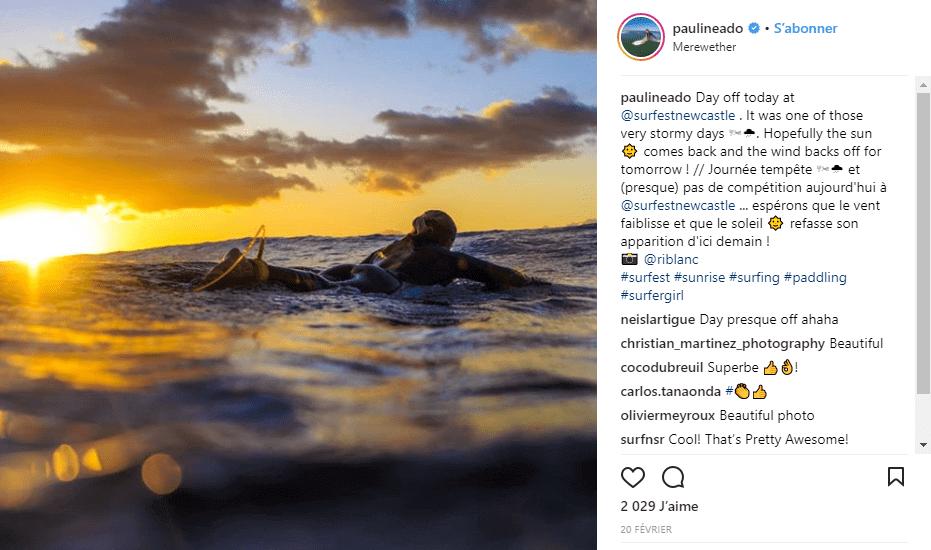 Pauline Ado surf au coucher du soleil